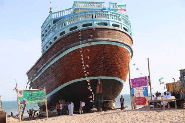 بزرگترین شناور لنج چوبی ایران در بندرکنگ به آب انداخته شد