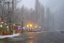 جاده های زنجان لغزنده است/ وجود مه و کولاک در گردنه های کوهستانی