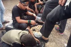 فلم/ عراقی بچے زائرین اربعین کے جوتوں کی مفت پالش کرتے ہوئے