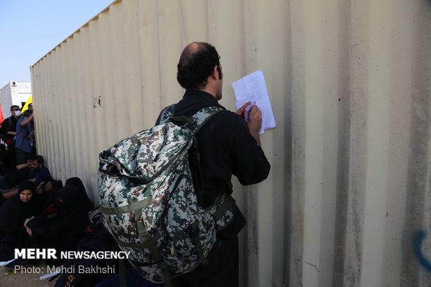 ازدحام جمعیت برای دریافت دینار در مرز مهران