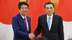 Japanese Prime Minister Shinzo Abe (L) shakes hands with Chinese Premier Li Keqiang after their joint press conference at the Great Hall of the People in Beijing, October 26, 2018.