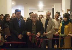Veteran illustrator Ali-Akbar Sadeqi cuts the ribbon to open an exhibition of illustrations at the Iranian Artists Forum on October 26, 2018. (ILNA)