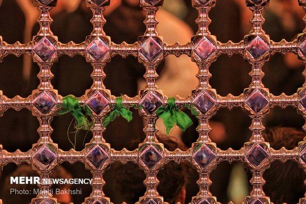 زائران اربعین در حرم سیدالشهداء