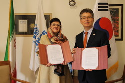 H.E. Ambassador of The Republic of Korea, Ryu Jeong-hyun (R), and UNHCR Acting Representative, Iryna Korenyak
