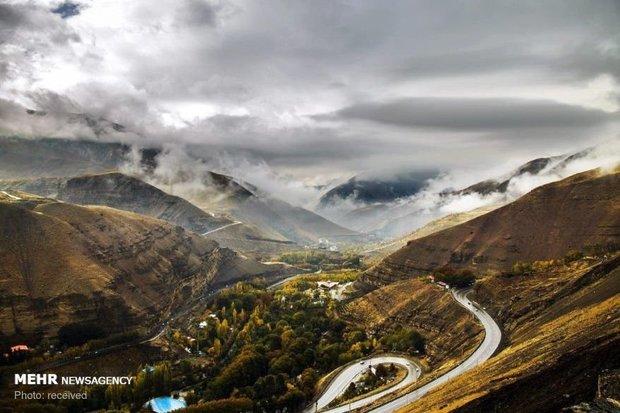 مه رقیق در جاده چالوس / بارش تگرگ در ارتفاعات البرز