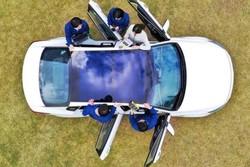 پنل های خورشیدی سقفی باتری خودرو را شارژ می کنند