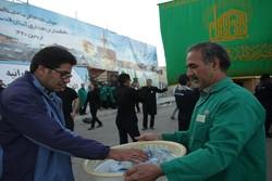 توزیع آب آشامیدنی بهداشتی در میان زائران پیاده امام رضا(ع)