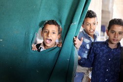 مدرس يمني يحول منزله الى مدرسة لـ700 طفل / صور