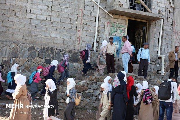 مدرس يمني يحول داره الى مدرسة لـ700 طفل