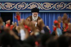 قائد الثورة الاسلامية يستقبل حشدا كبيرا من التلامذة والطلاب / صور