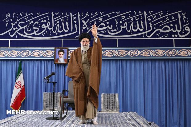 قائد الثورة الاسلامية يستقبل حشدا كبيرا من التلامذة والطلاب