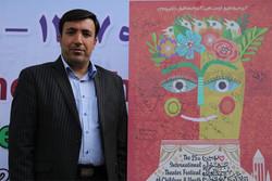 نصب نماد جشنواره بین المللی تئاتر کودک در محوطه تالار فجر همدان