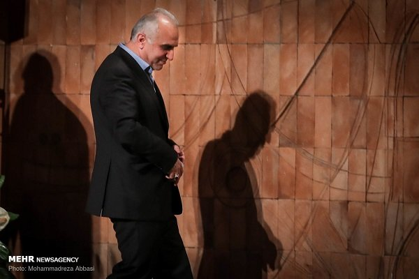 البرلمان الايراني يستجوب وزير الاقتصاد مطالباً بعزل رئيس الجمارك
