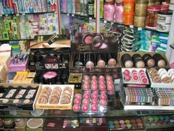بخشنامهای که باعث رونق لوازم آرایشی قاچاق میشود/ سرب و مواد سمی در محصولات تقلبی