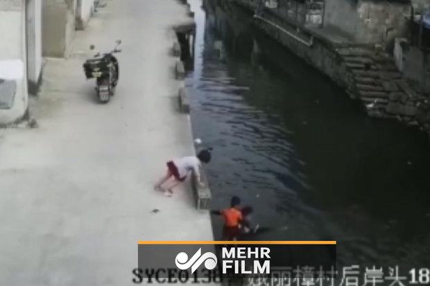 فلم/ موٹر سائیکل سوار نے چھوٹی بچی کو ڈوبنے سے بچا لیا