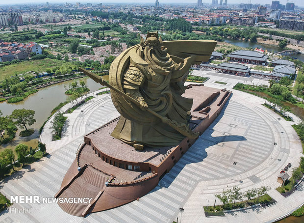 صور عمالقة التماثيل في العالم