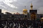 حرم رضوی میں حضرت امام رضا (ع) کی شب شہادت کی مناسبت سے عزاداروں کا عظيم اجتماع