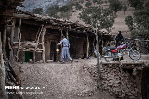 با نزدیک شدن به غروب آفتاب روستاییان فانوس های خود را برای روشنایی خانه آماده می کنند