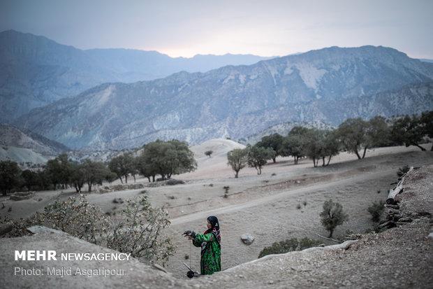 زنان روستا هنگام روشنایی روز و تا قبل از غروب آفتاب فعالیت هایشان را انجام می دهند