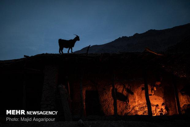 فانوس و آتش منبع اصلی تولید نور و گرما برای خانه های روستاییان است