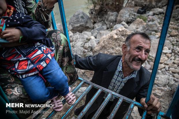 اهالی روستای پندکی در بخش ذلقی برای عبور از مسیر رودخانه ملزم به استفاده از گرگر هستند. این وسیله گاها موجب قطع انگشتان افراد می شود. در مواقعی که آب رودخانه بالا می آید، استفاده از آن غیرممکن می شود و اهالی راه دیگری برای عبور از رودخانه ندارند.