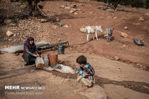 در برخی از روستاها اهالی با خرید شلنگ و لوله های آب مسیرهای کیلومتری چشمه های آب تا روستا را لوله کشی و از این طریق آب مورد نیازشان را تامین میکنند.