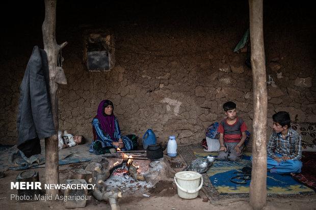 زنان بختیاری زنانی سخت کوش هستند. آنها علاوه بر کارهای خانه و نگهداری از فرزندان، کارهای بیرون از خانه را نیز انجام میدهند.