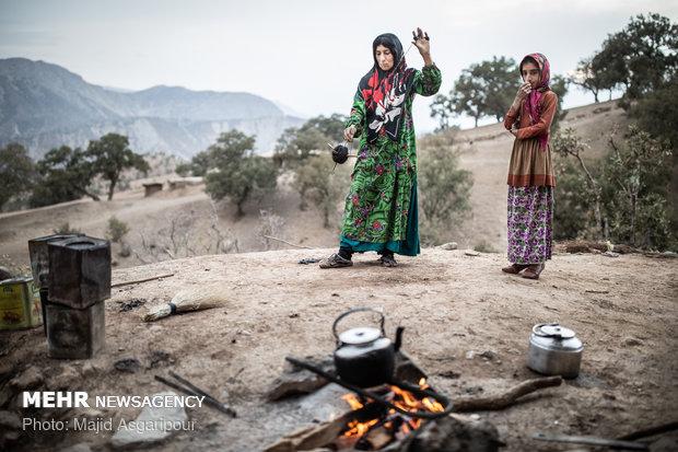 نخ بافی از پشم بز برای تهیه سیاه چادر یکی از فعالیت های زنان بختیاری است.