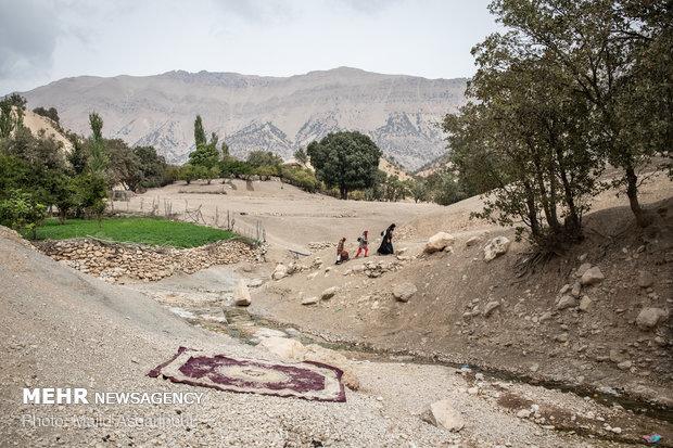 چشمه های طبیعی آب در کوههای این منطقه آب شرب اهالی روستا را تامین میکند. دختران روستا با مشک هایی که از پوست بز درسته شده اند آب مورد نیاز خانه را روی دوش خود حمل میکنند.