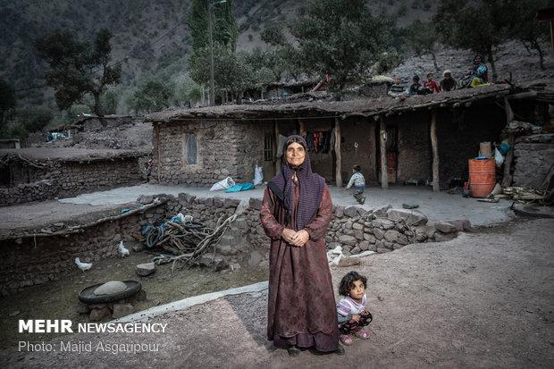سارا افروغ 50 ساله و اهل روستای جیرگاه است.
