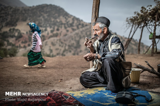 حسین کرمی 55 ساله و اهل روستای آب گزک است. حسین لباس محلی و اصیل بختیاری به تن دارد. پوشش اصیل مردان بختیاری شلوار دبیت و چوقا است.