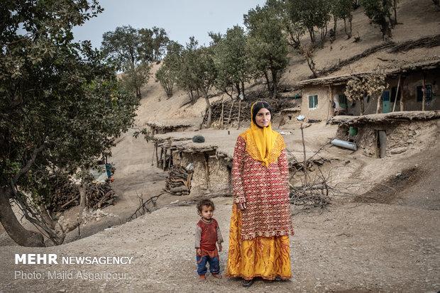 پروین نظری 23 ساله اهل روستای پز است. لباس زنان بختیاری ویژگی های منحصر بفردی دارد. رنگ ها و طرح های شاد و متنوع آن جلوه ای ویژه به محیطی که در آن حضور دارند می دهد