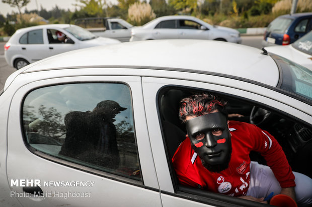 حاشیه هایی از حضور هواداران پرسپولیس در مجموعه ورزشی آزادی