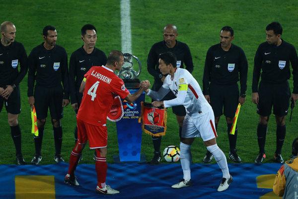 لحظه بالابردن جام قهرمانی توسط کاپیتان کاشیما
