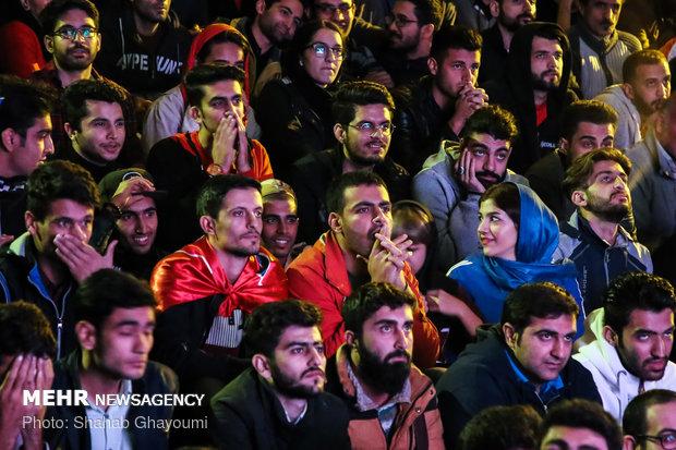 تماشای دیدار تیمهای فوتبال پرسپولیس و کاشیما در بوستان لاله