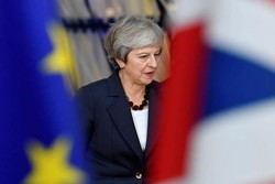 رئيسة الوزراء البريطانية قاب قوسين أو أدنى من سحب الثقة منها