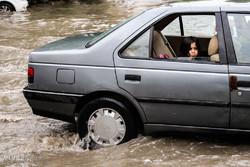 بارندگی در محورهای شهمیرزاد، گرمسار و ایوانکی/ جادهها لغزنده است
