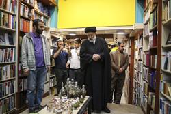 حرم رضوی کے متولی کا کتابوں کی دکانوں کا قریب سے مشاہدہ