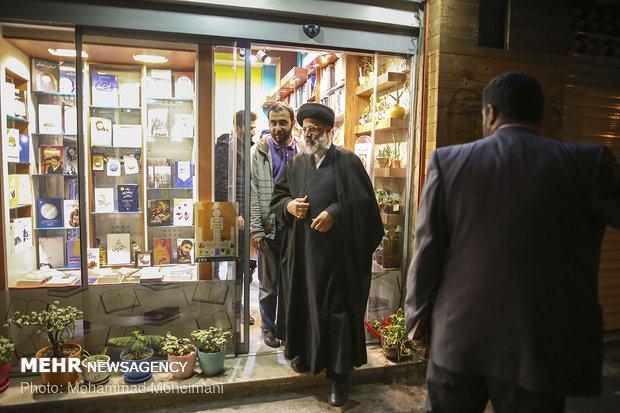 بازدید آیت الله رییسی از کتاب فروشی های خیابان انقلاب