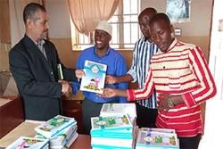 اهدای کتب دینی به مجتمع آموزشی امام صادق (ع) کامپالا