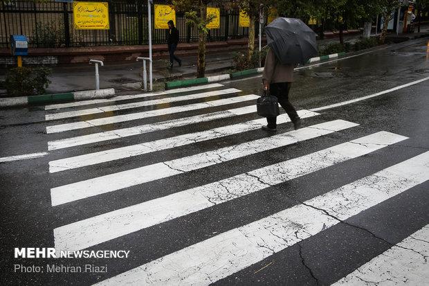 المطر في شوارع طهران المطلية بألوان الخريف