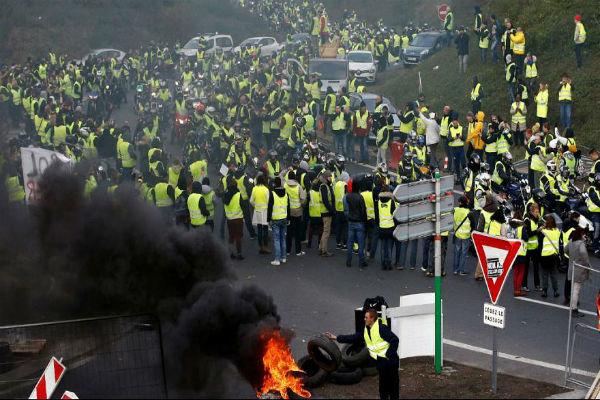 فرانس میں مظاہرین کا صدر میکرون سے استعفے کا مطالبہ