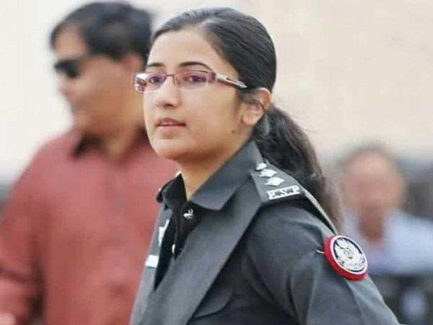 پاکستانی خاتون پولیس افسر کی بہادری کی تعریف