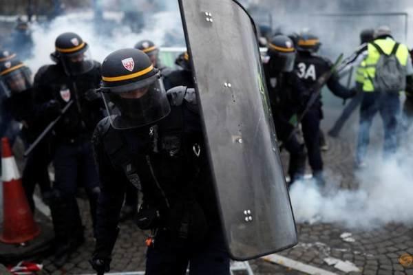 پاریس در تصرف معترضین خیابانی/ ایفل تعطیل شد