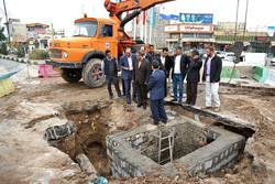 بازدید سرپرست استانداری قم از عملیات رفع حادثه شکستگی لوله آب