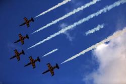 استعراض جوي في سماء كيش ضمن معرض الصناعات الجوية /صور