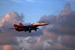 استعراض جوي للطائرات الحربية الايرانية في سماء الخليج الفارسي