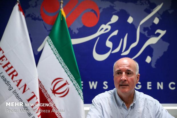 عکاس آلمانی برای عکاسی از قوها و فلامینگوها به شمال ایران میرود