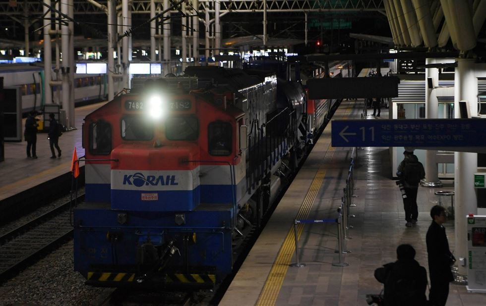South Korean train starts joint survey of North Korean railways