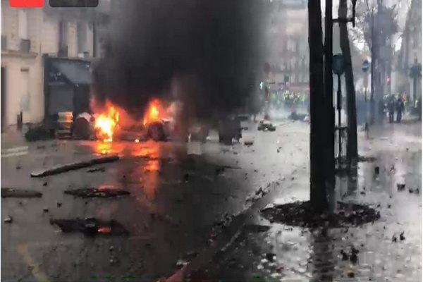 پاریس در آتش میسوزد/ معترضان به اطراف کاخ ریاست جمهوری رسیدند